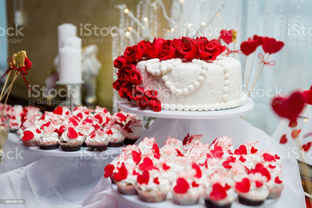 Wunderschone Hochzeitstorte Und Cupcakes Stock Fotografie Und Mehr