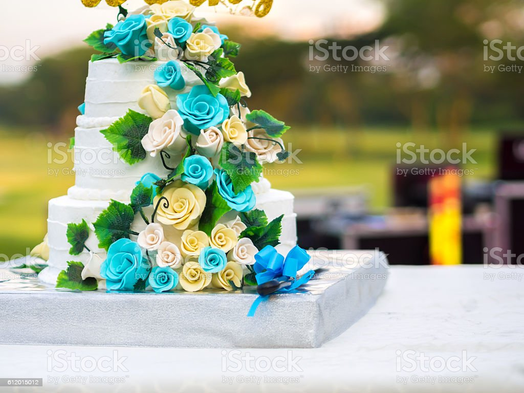 Beautiful wedding cake with blue and yellow roses - foto de acervo