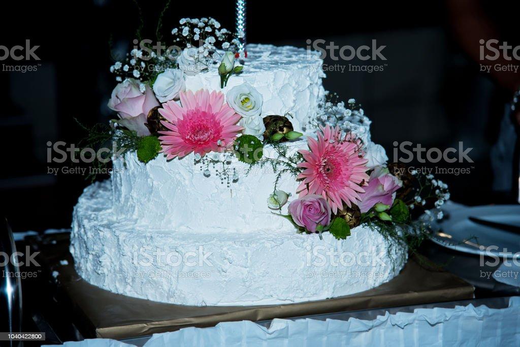 Photo Libre De Droit De Beau Gâteau De Mariage Avec Fleurs Différentes Closeup Banque Dimages Et Plus Dimages Libres De Droit De