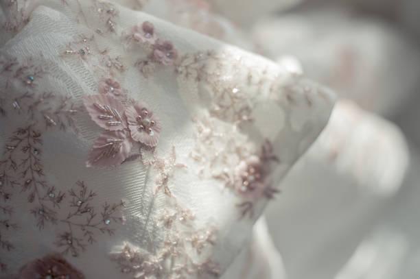 schöne brautkleid mit fenster licht - brautkleid trägerlos stock-fotos und bilder
