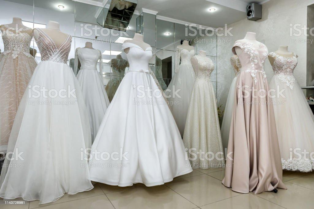 Hermosos Vestidos De Novia En Un Maniquí En La Tienda De