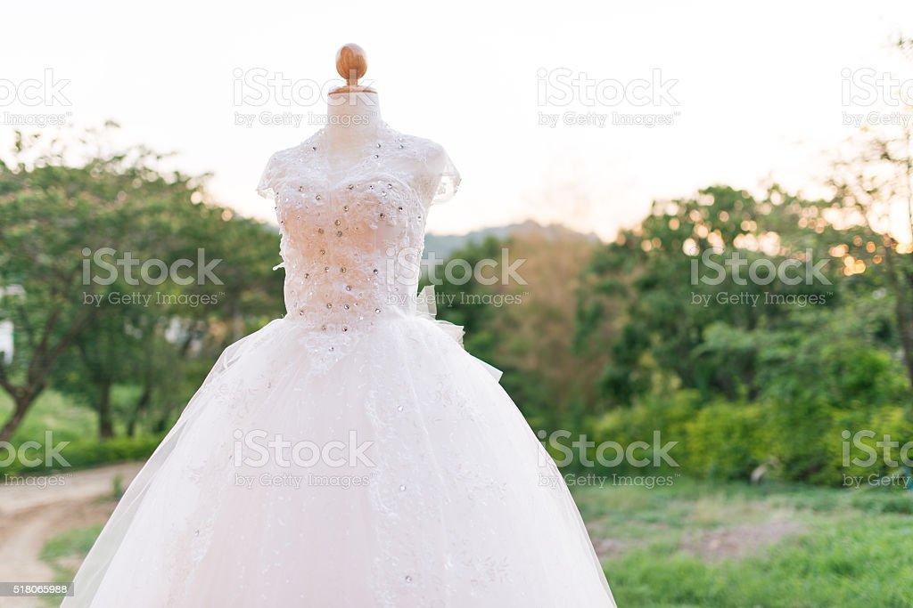 a7e5348165 Vestidos de boda en un hermoso s maniquí foto de stock libre de derechos