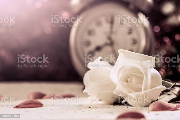 Schöne Weiße Rose Auf Mulberry Papier Auf Wecker Hintergrund Stockfoto Und Mehr Bilder Von 2015 Istock