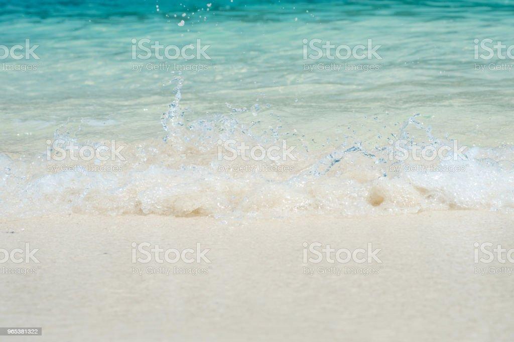 belle plage de sable blanc avec vague océanique doux en été, vague de la mer sur le sable bech. voyage de concept. - Photo de Caractéristiques côtières libre de droits