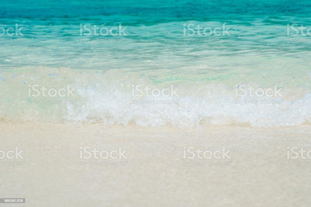 여름 시간, 모래 bech에 푸른 바다의 파도에 부드러운 바다 물결과 아름 다운 하얀 모래 해변. 개념 여행입니다. - 로열티 프리 0명 스톡 사진