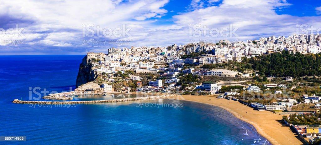 ロック プーリア州イタリアのペスキチの美しい白い町 - アドリア海の ...