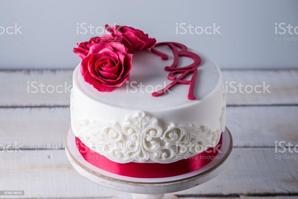 Wunderschone Weisse Hochzeitstorte Dekoriert Mit Blumen Rote Rosen