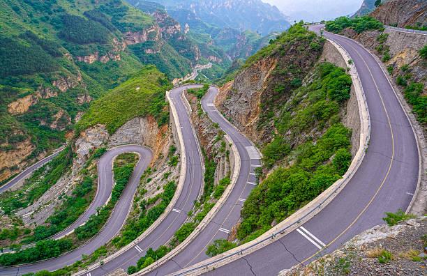 beautiful winding mountain road - demi cercle photos et images de collection