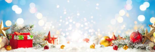 Schöner Winterhintergrund mit roten Geschenkboxen – Foto