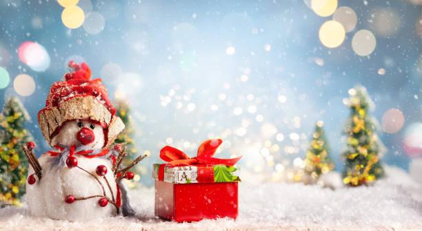 Schöner Winterhintergrund mit Schneemann und Geschenkbox – Foto