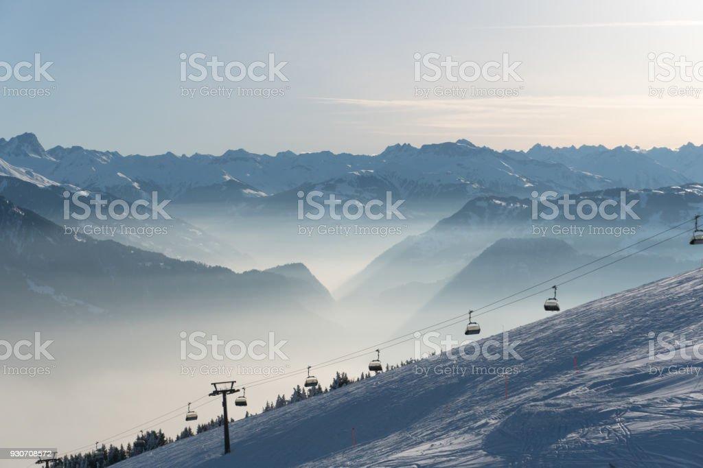 schönen Wintertag in einem Skigebiet in den Alpen – Foto