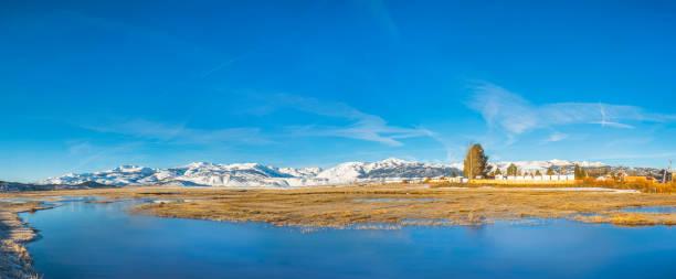 Schöne Winterlandschaft einer Wasserwiese – Foto