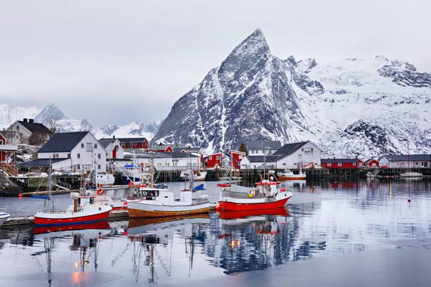Paisagem de inverno bonito do pitoresco porto com barco de pesca e tradicional norueguesa rorbus - foto de acervo