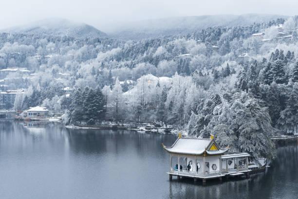 schöne Winterlandschaft auf üppigem Berg – Foto