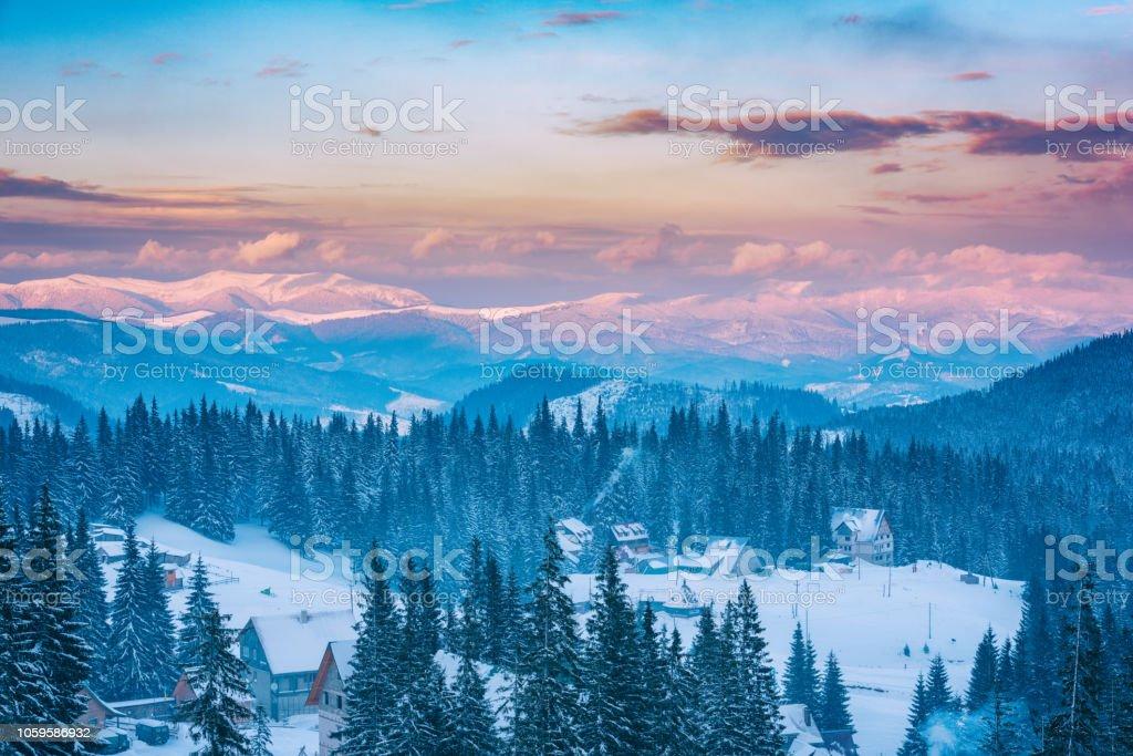 Herrliche Winterlandschaft, verschneite Berge und bunten Himmel im Abendlicht – Foto