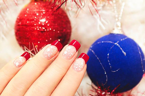 schöne winter-maniküre. - nageldesign weihnachten stock-fotos und bilder