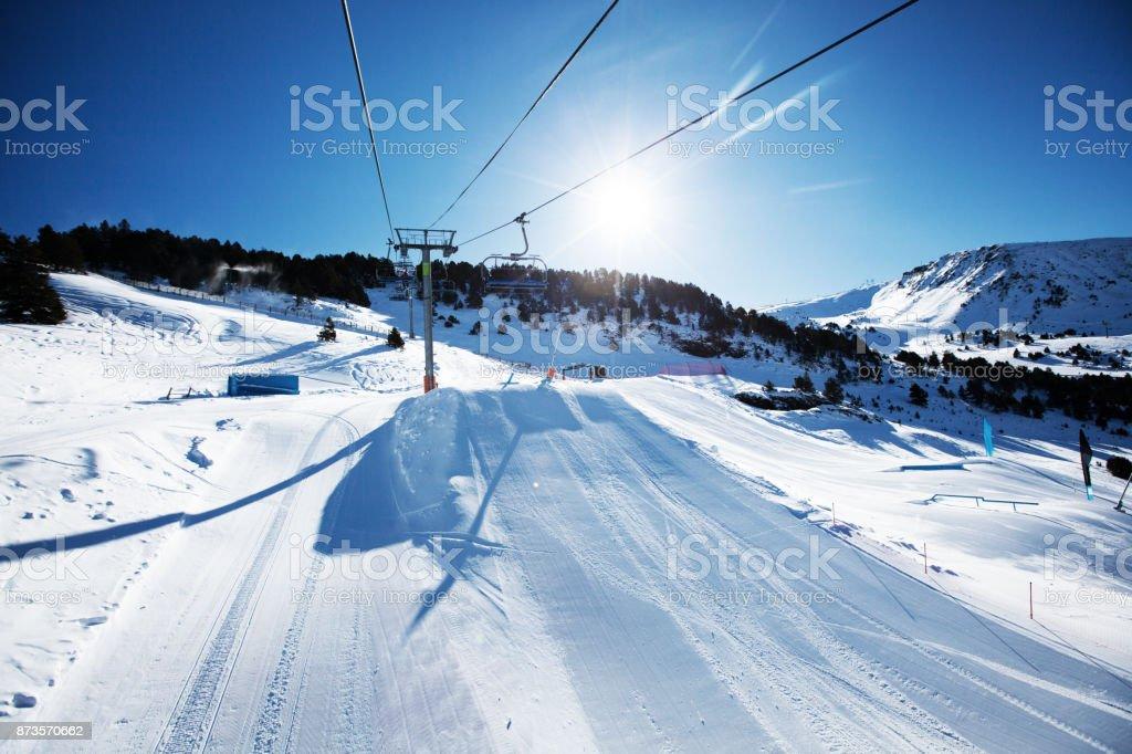 Belas montanhas de inverno brilhante em um dia ensolarado - foto de acervo