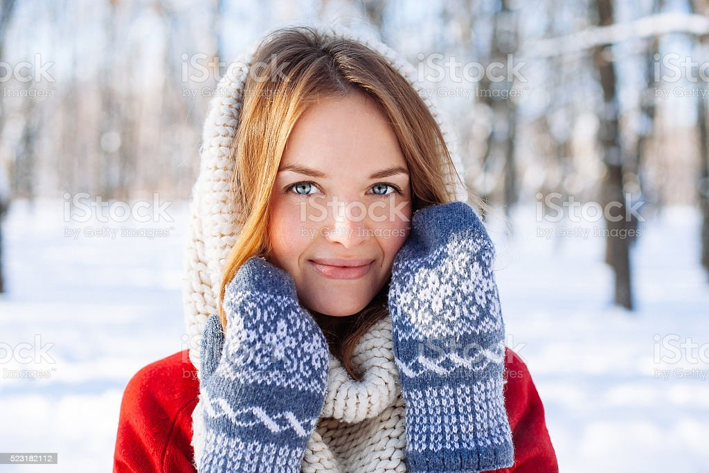 Schönen Winter Porträt von junge Frau in roter Pullover – Foto