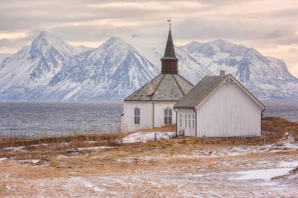 Schöner Sonnenuntergang Winterlandschaft, einsame Kirche am Ufer des Meeres, Lofoten Inseln, Norwegen – Foto