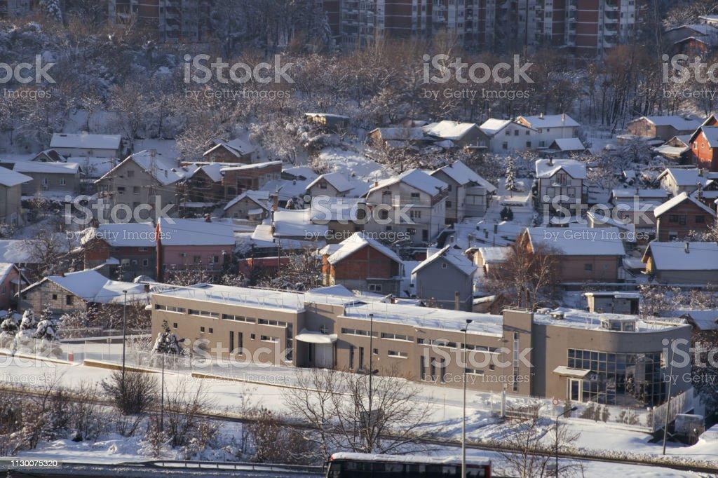Inverno linda visão de casas e prédios com telhados cobertos de neve pesada. Na temporada de neve, telhado com neve muito por causa da neve, acumulando, camada de neve grande. Inverno dia, clima, estações específicas. - foto de acervo