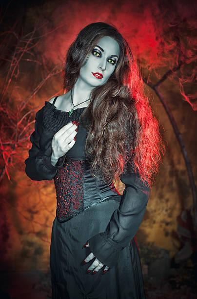 schöne hexe mit langen haar hintergrund - teufel schminken stock-fotos und bilder