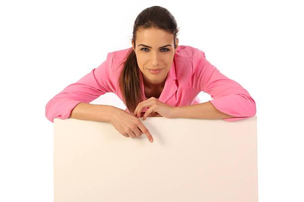 Schöne Frau über weißen leeren Plakatwand – Foto