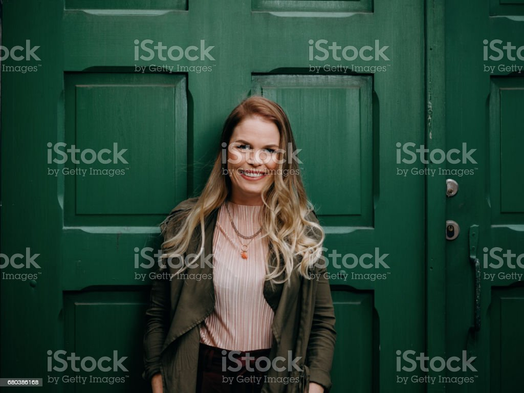 Beautiful woman agains green door – Foto