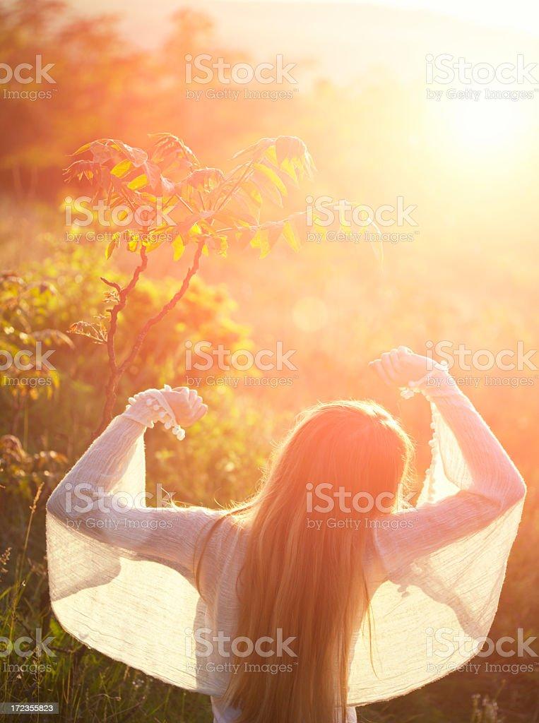 Mujer bella y sunbeams foto de stock libre de derechos