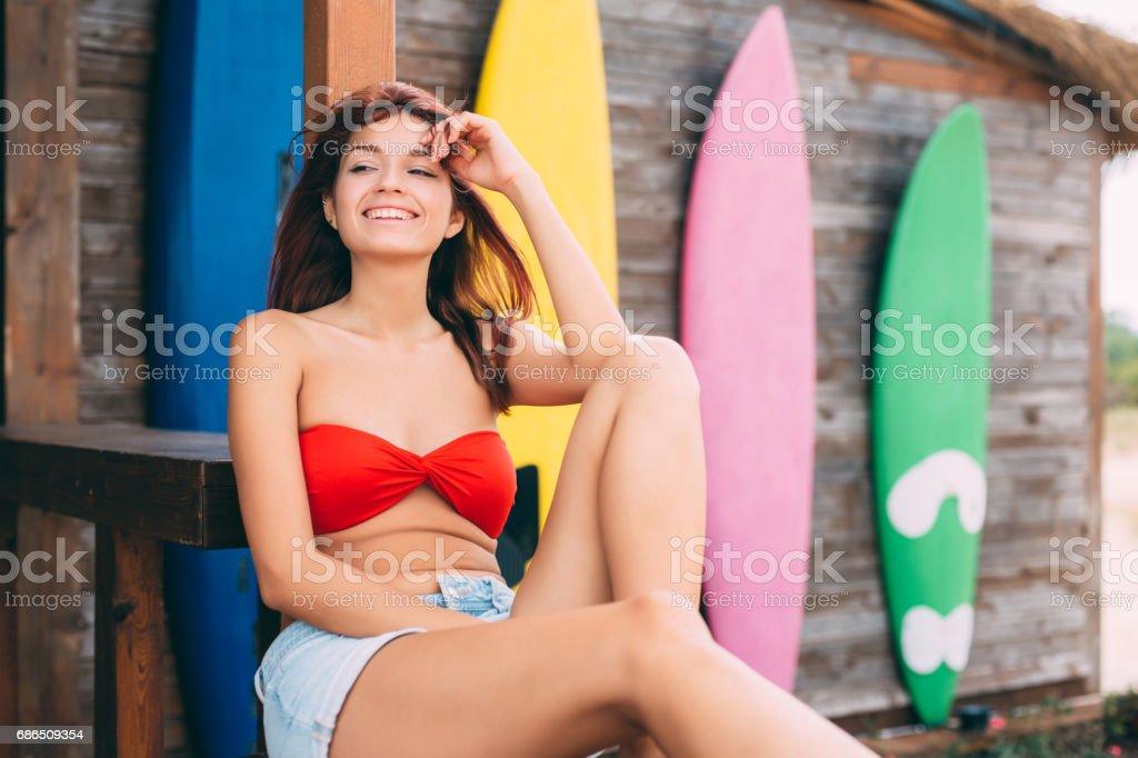 Beautiful woman at a beach bar foto stock royalty-free