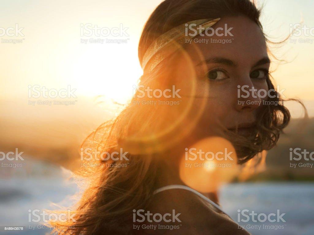 Belle femme à la lumière de coucher de soleil or - Photo