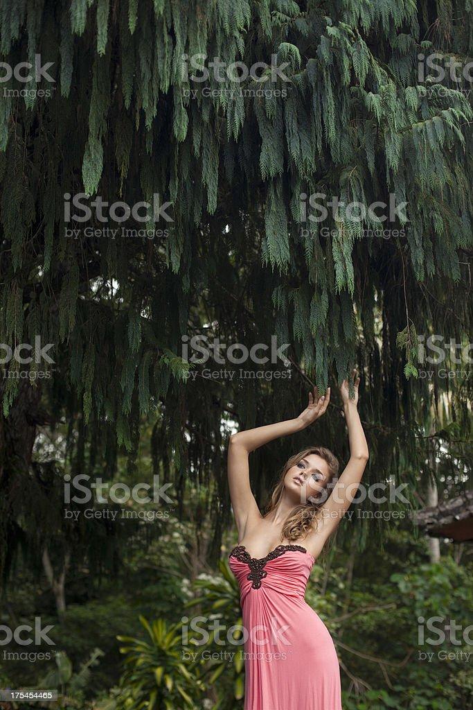 Schöne Frau im Wald – Foto