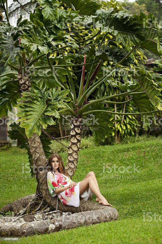 Schöne Frau im park – Foto