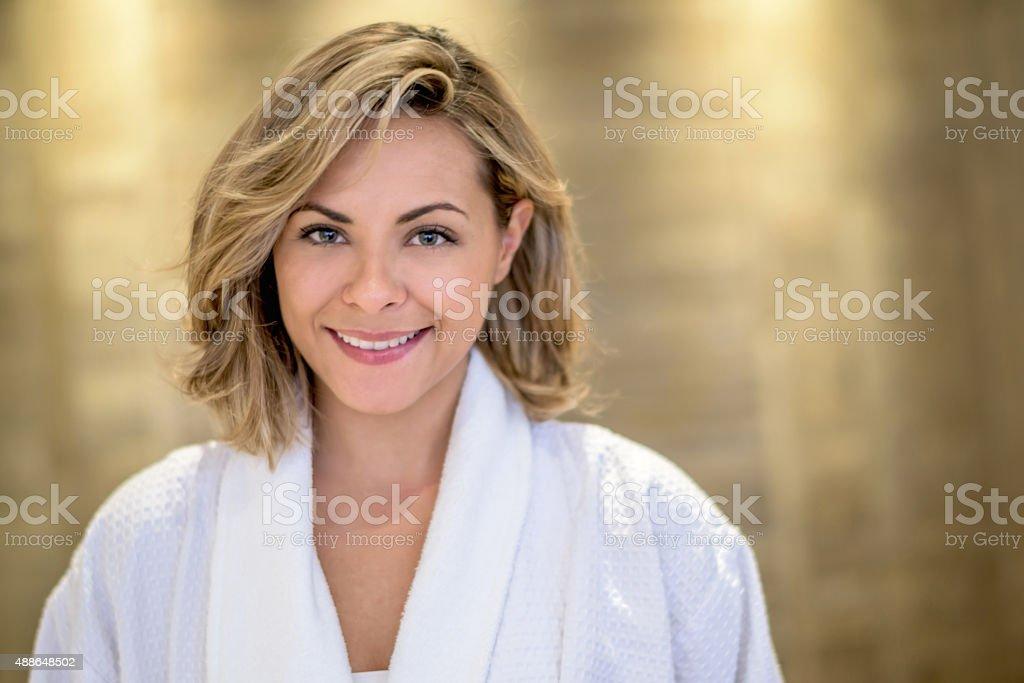 Hermosa mujer en el spa  - foto de stock