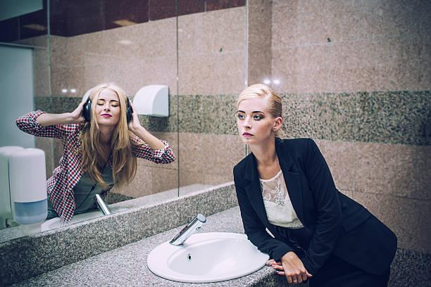 Mulher bonita Empresária em frente a um espelho - foto de acervo