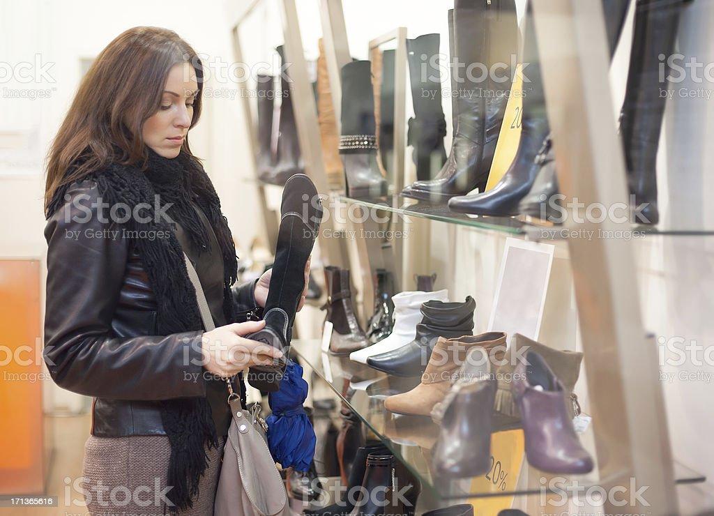 Schöne Frau Kauf Schuhe. (im Glas) Snapshot – Foto