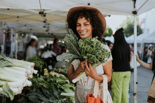 Schöne Frau Kaufen Grünkohl Auf Einem Bauernmarkt Stockfoto und mehr Bilder von Aussuchen