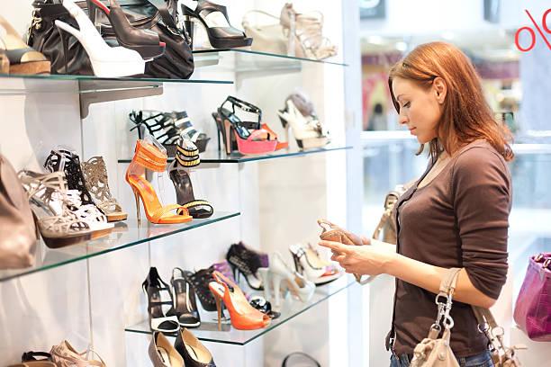 Schöne Frau kauft Schuhe. – Foto