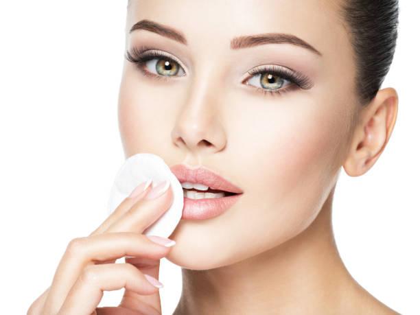 Schöne Frau reinigt das Gesicht mit Wattestäbchen. – Foto