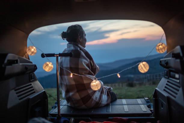 Schöne Frau in einer Decke in einem Kofferraum gerast – Foto