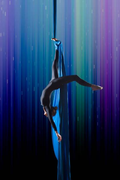 beautiful woman dancing with aerial silk – Foto