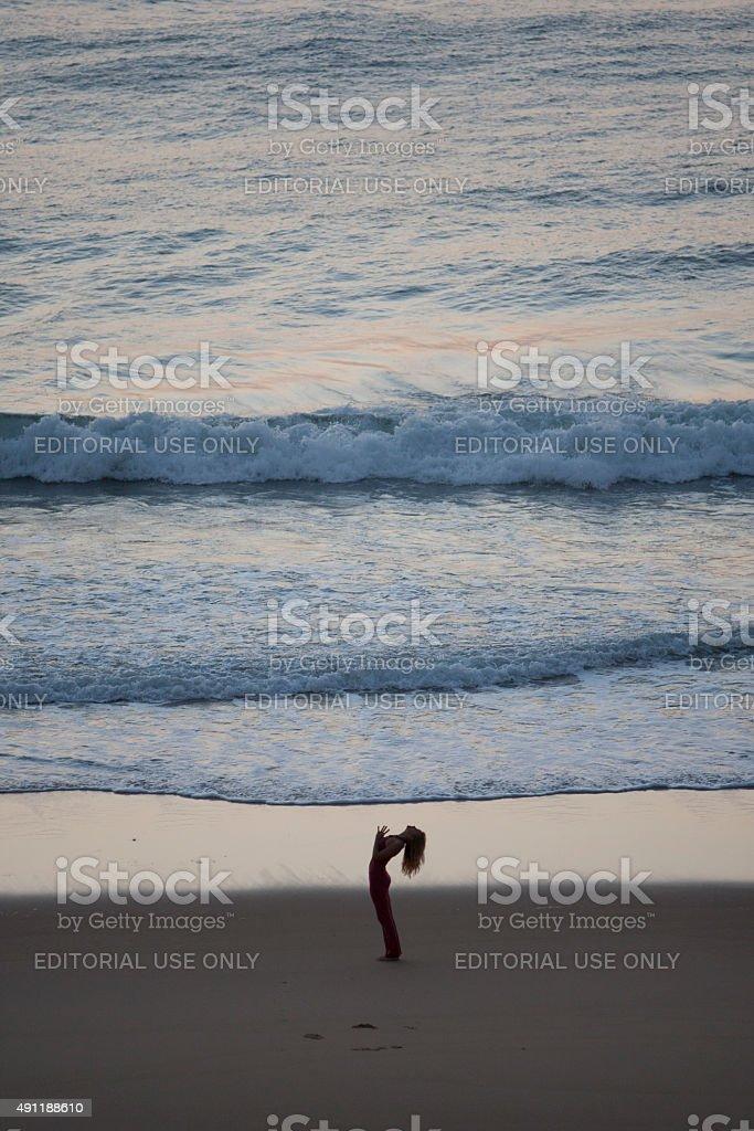 Schöne Frau macht yoga am Strand bei Sonnenaufgang – Foto