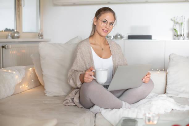 schöne Frau trinkt Kaffee und surfen im Netz – Foto