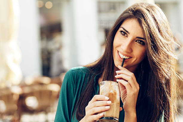 Beautiful woman drinking coffee in a cafe outdoors – Foto