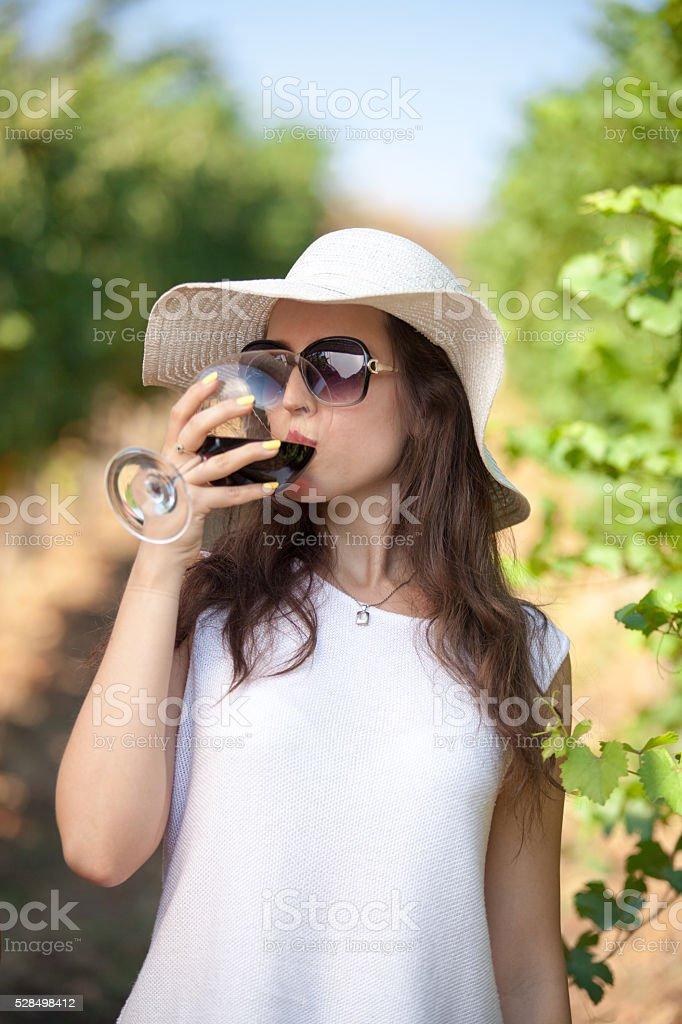 Schöne Frau trinken Rotwein in Natur. – Foto