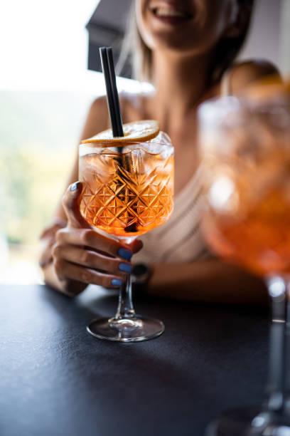Schöne Frau trinken aperol spritz in Restaurant – Foto