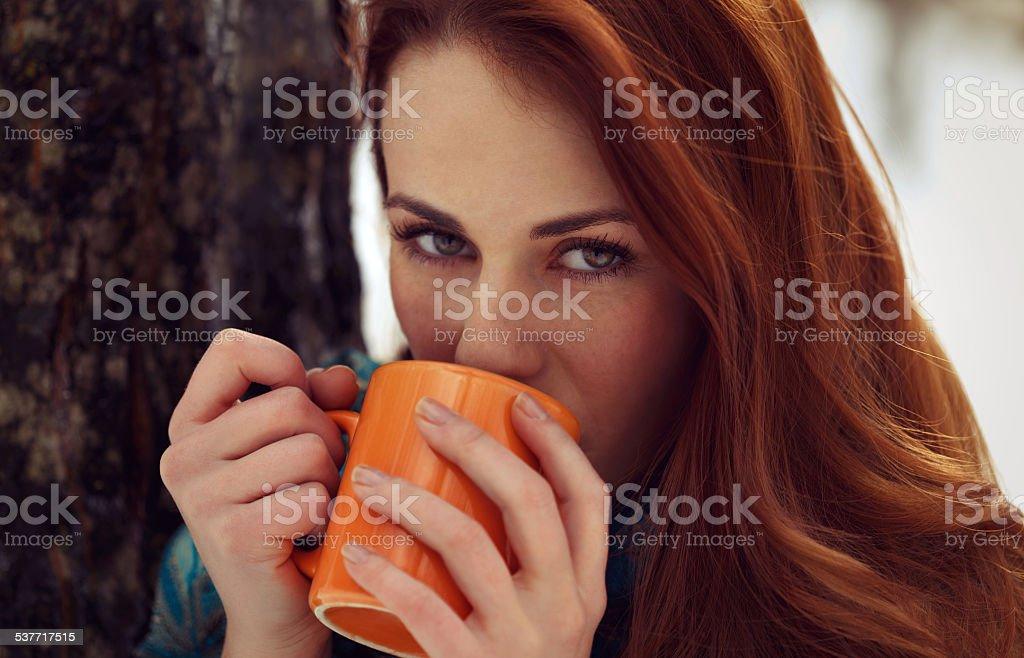 Schöne Frau trinkt Tee im Freien – Foto