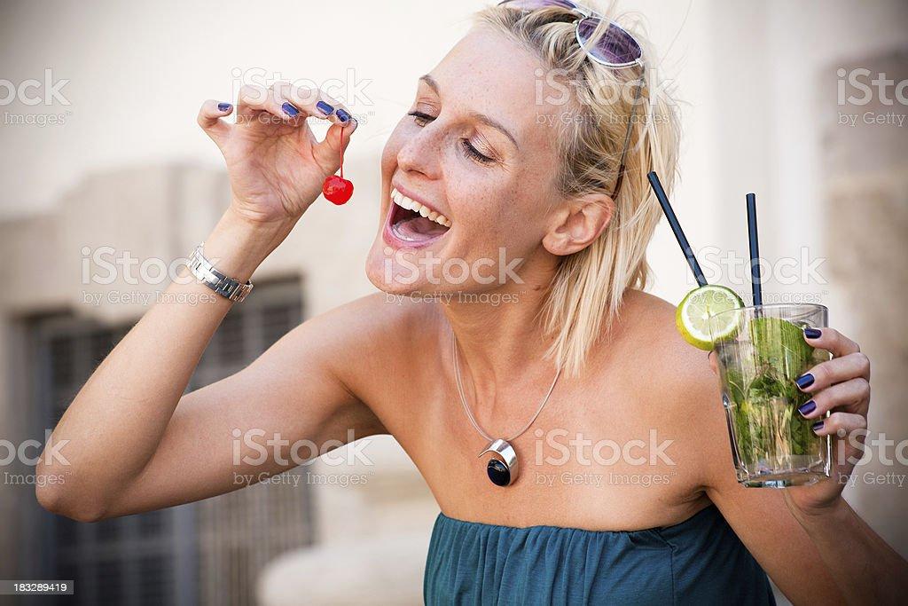 Schöne Frau Essen cherry mit cocktail – Foto