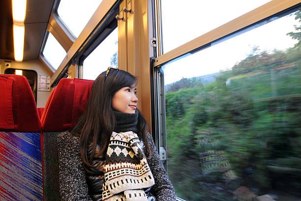schöne frau genießen sie urlaub - bahn bus stock-fotos und bilder
