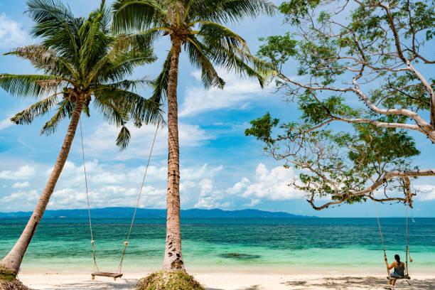 hermosa mujer disfrutando de sus vacaciones en ko phangan, tailandia - beach in thailand fotografías e imágenes de stock