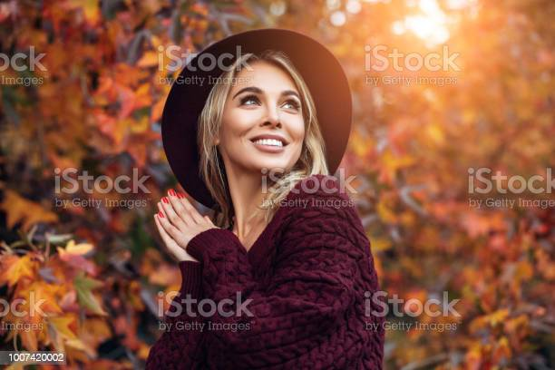 Beautiful woman enjoying in a sunny autumn day picture id1007420002?b=1&k=6&m=1007420002&s=612x612&h=a6k5mras1wlbvkzphwyp425cvjpcwzmsumlyjjbzbfg=
